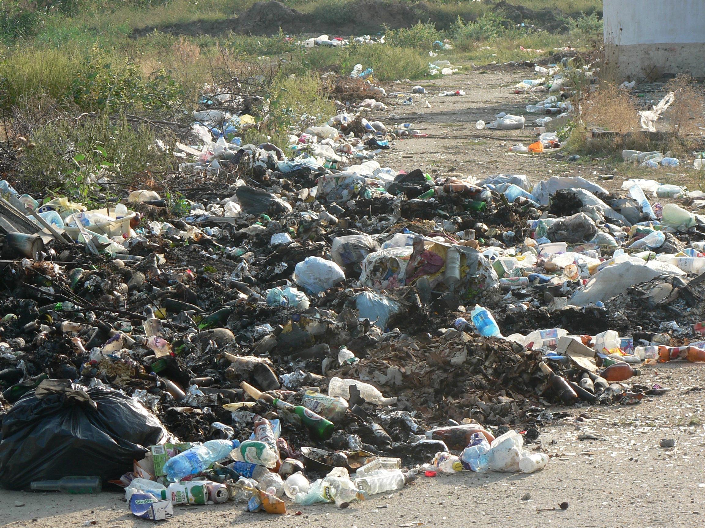 Wilde Müllkippe auf der Krim neben Campingplatz, angezündet (2003)